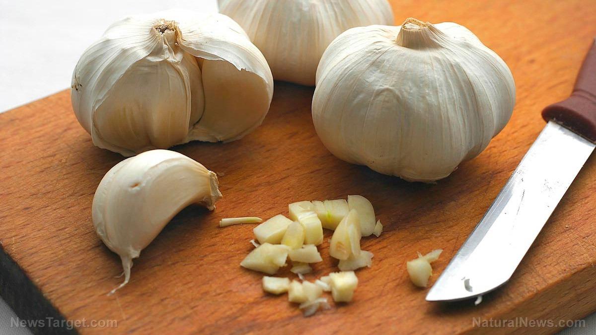 Garlic-Knife-Cutting-Board